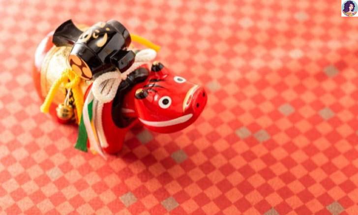"""""""อาคาเบะโกะ"""" น้องตุ๊กตาหุ่นวัวแดง เครื่องรางป้องกันโรคสุดฮิตจากจังหวัดฟุกุชิมะ"""